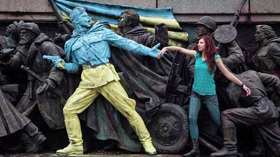Sofijský památník pomalovaný v ukrajinských barvách