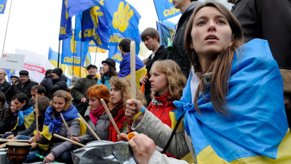 Ukrajinci protestují před budovou ústřední volební komise
