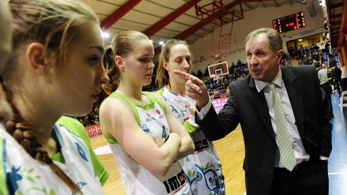Hráčky IMOS Brno naslouchají pokynům asistenta Milana Veverky