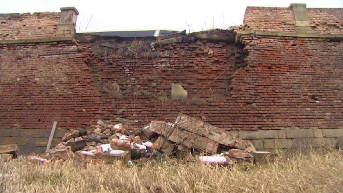 Poškozená cesta v Terezíně