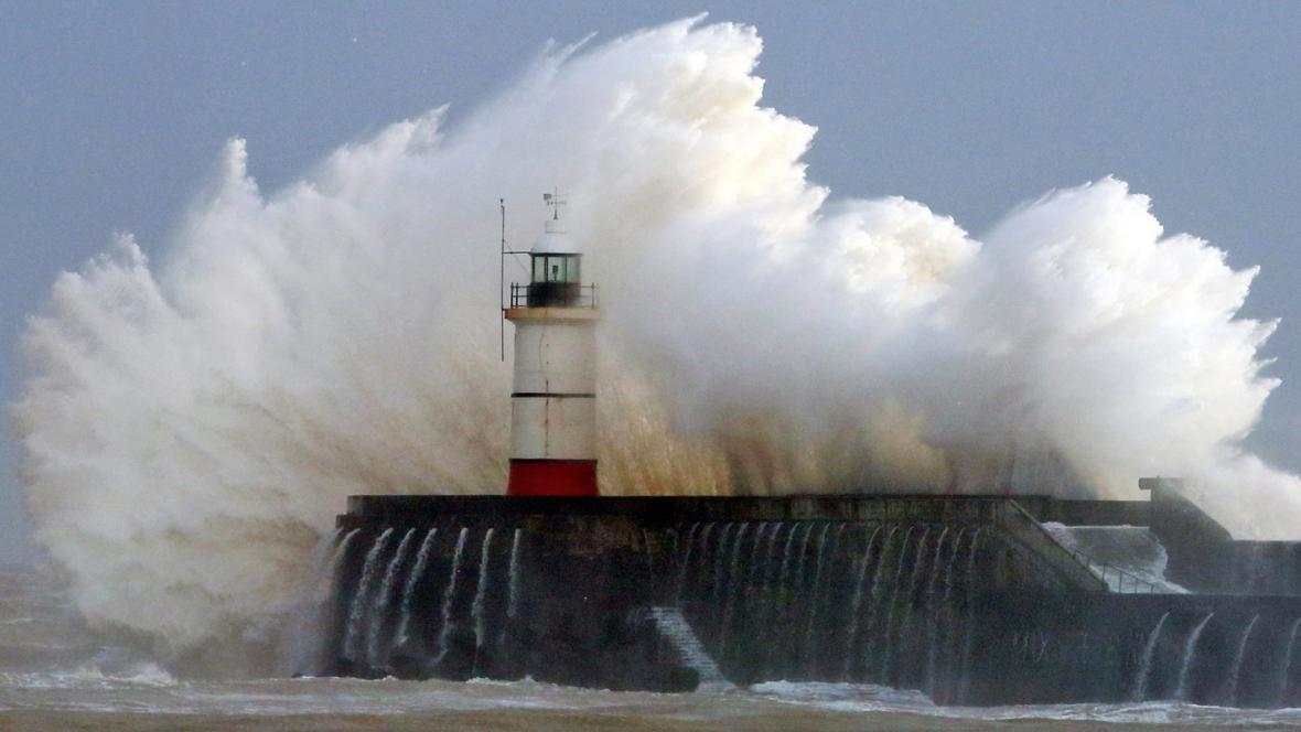 Mohutné vlny v jihoanglickém Newhavenu