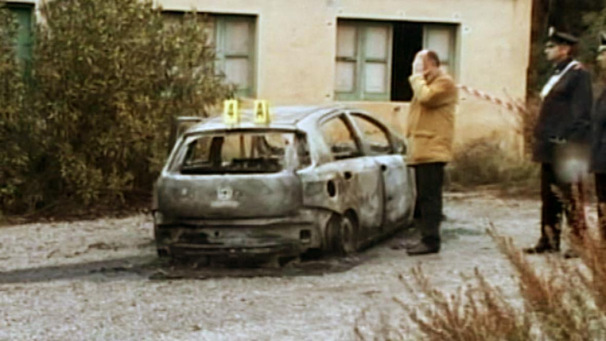 Vrazi vůz s obětmi zapálili