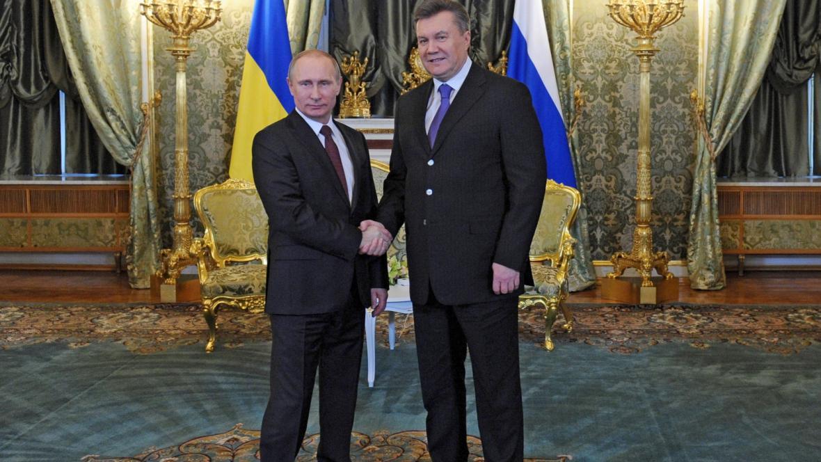 Vladimir Putin (vlevo) a Viktor Janukovyč před jednáním v Moskvě