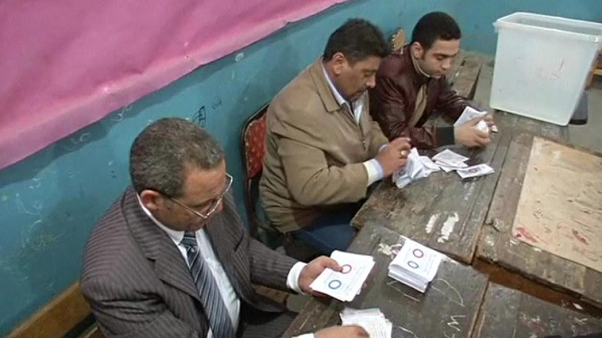 Sčítání hlasů po egyptském referendu o ústavě