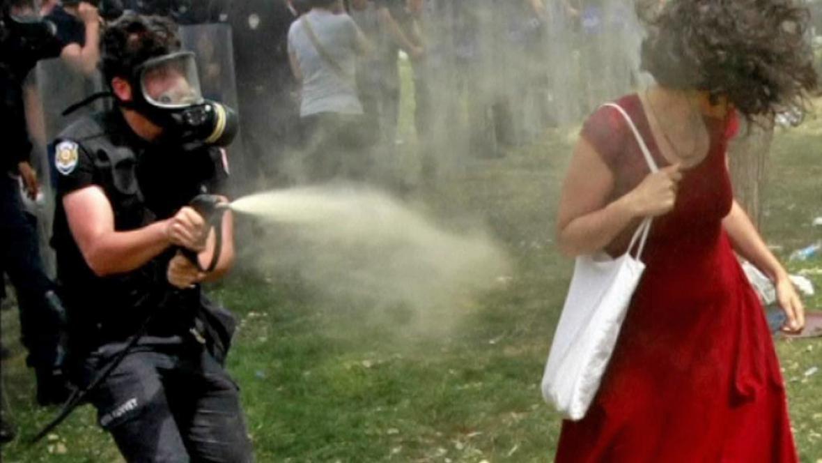 Dívka v červeném - symbol tureckých protestů