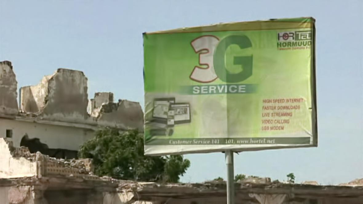 Billboardy v Mogadišu lákají na mobilní připojení k internetu
