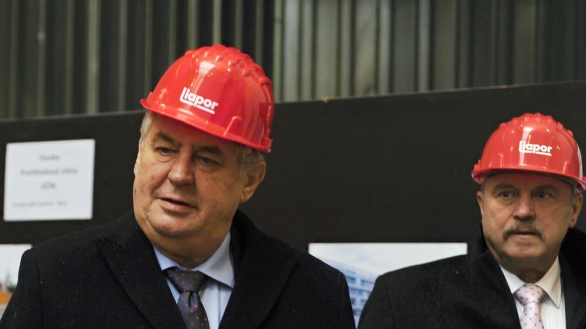 Miloš Zeman na návštěvě Karlovarského kraje (vpravo hejtman kraje Josef Novotný)