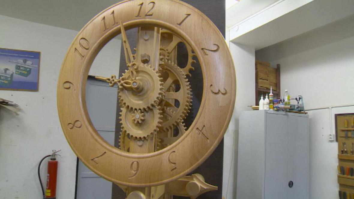 Unikátní dřevěné hodiny