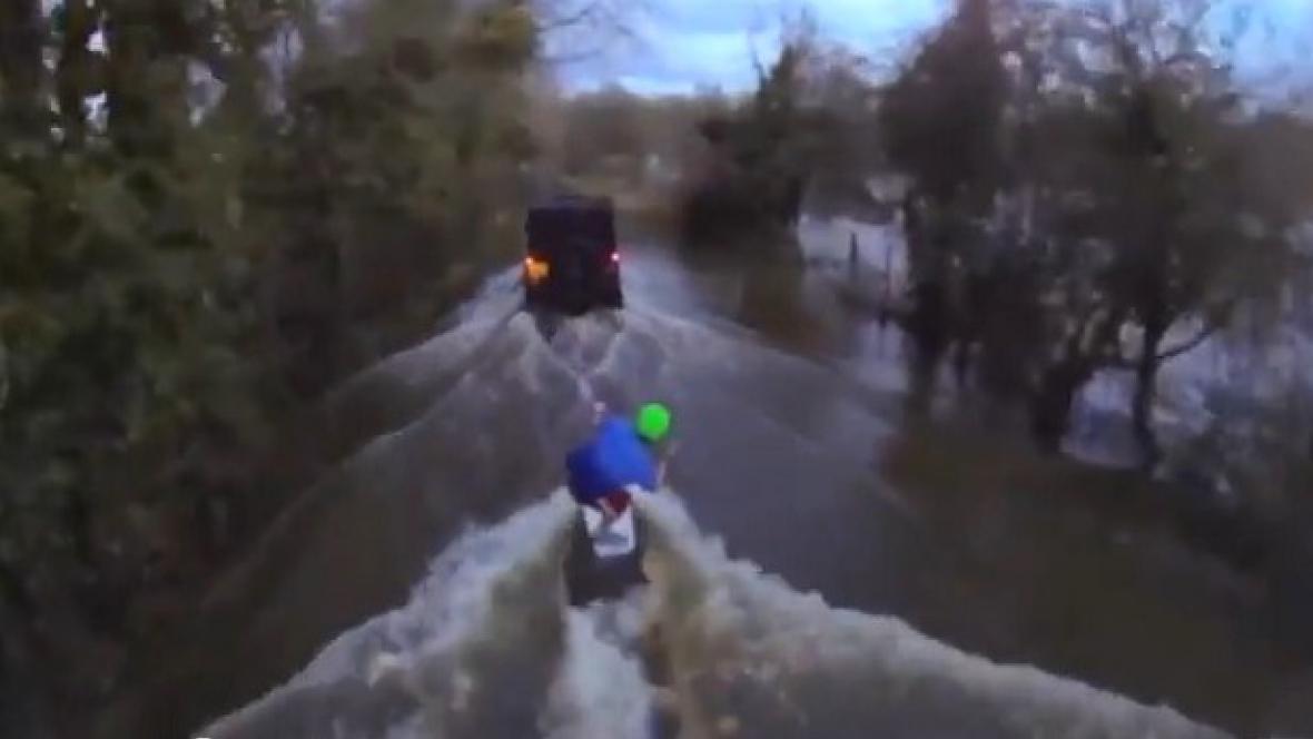 Wakeboarding na zaplavené britské silnici