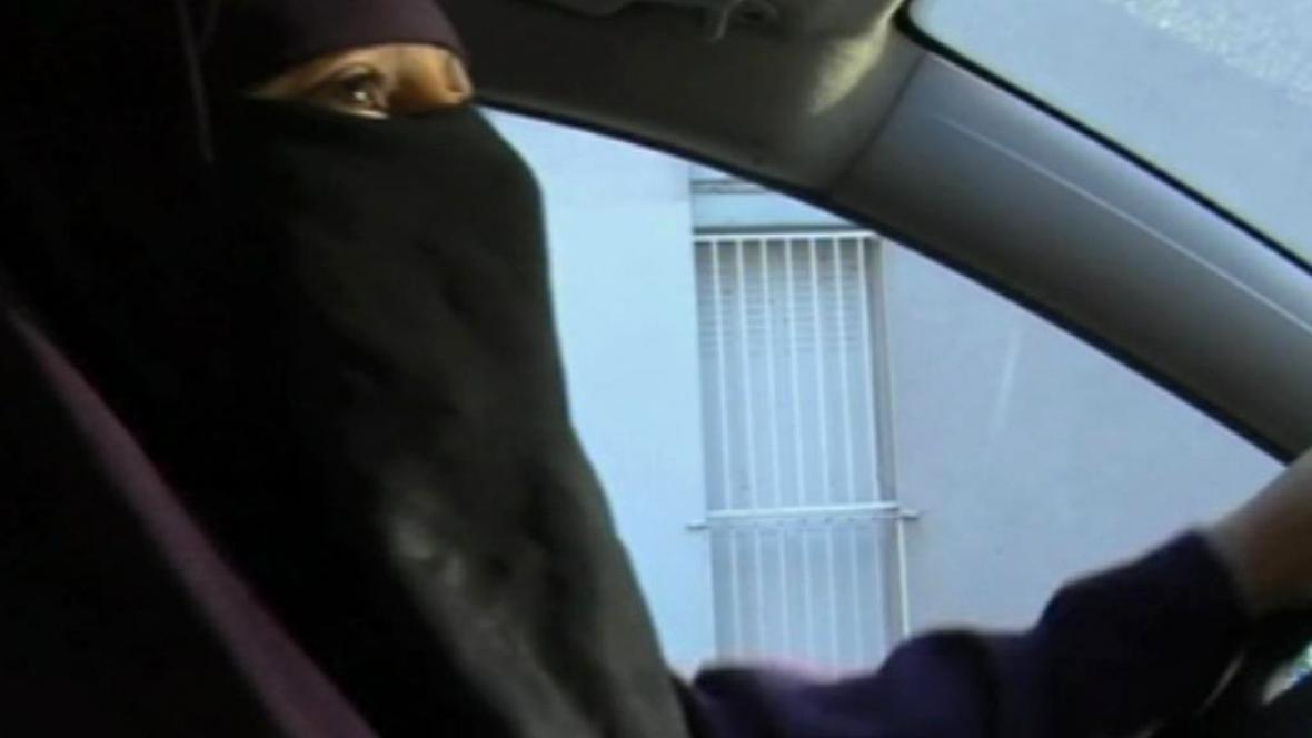 Ve Francii ženy nesmějí na veřejnost s nikábem