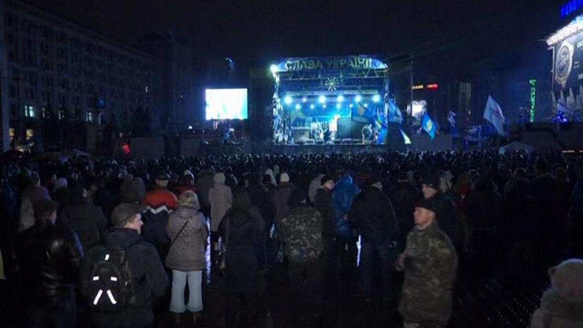 Demonstranti sledují koncert na ukrajinském Majdanu
