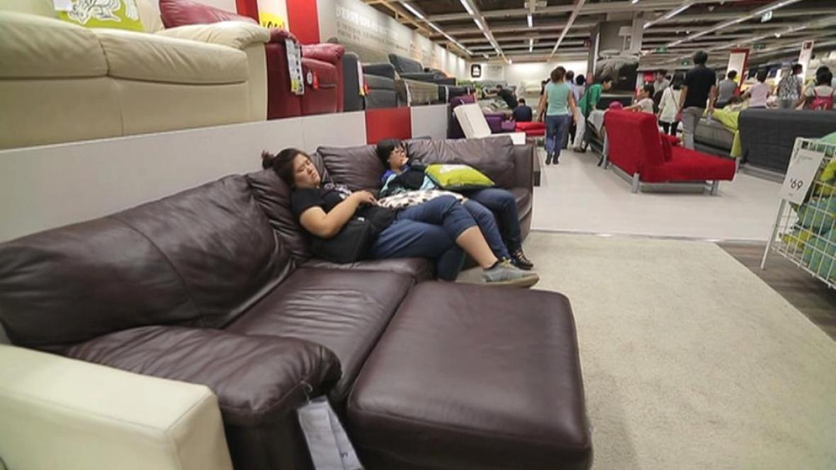 Číňané používají obchodní dům IKEA i jako noclehárnu
