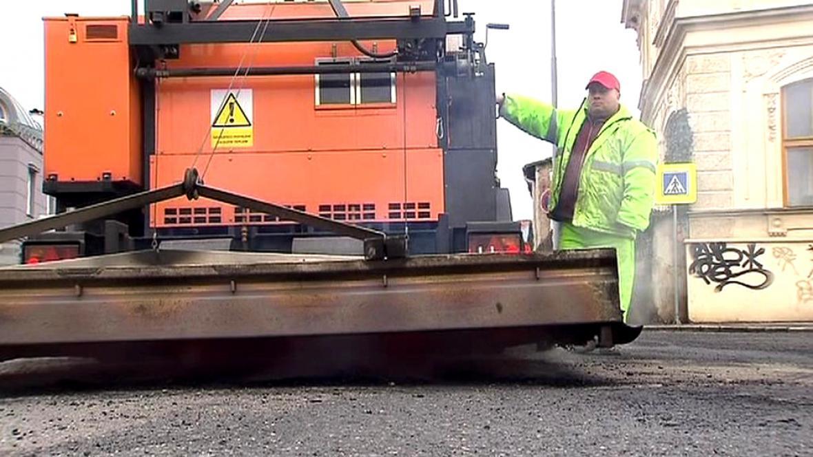 Oprava silnice teplou obalovanou směsí