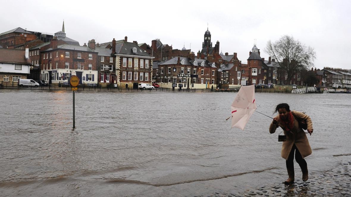 Rozvodněné koryto řeky v anglickém Yorku