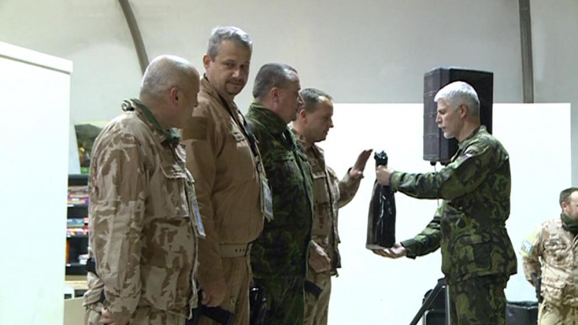 Vojáci s náčelníkem generálního štábu