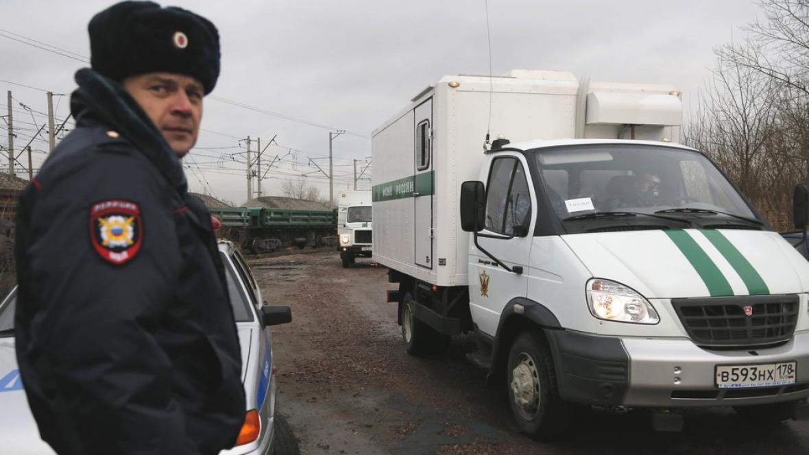 Převoz zadržených členů Greenpeace