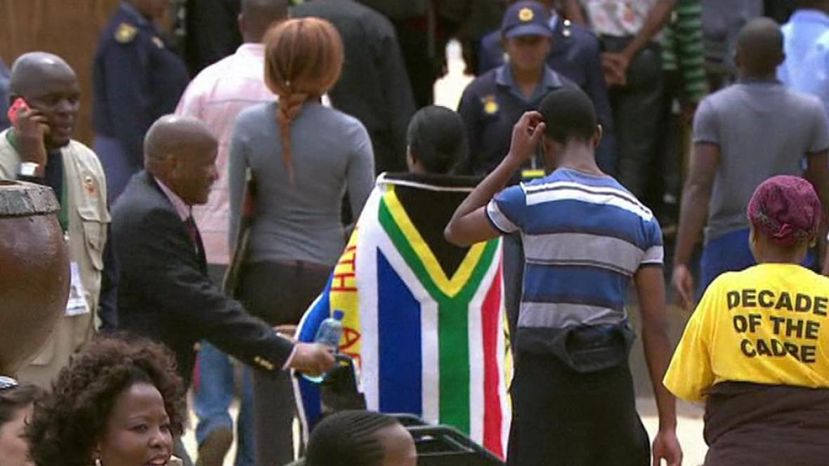 Jihoafričané se přicházejí rozloučit s Nelsonem Mandelou