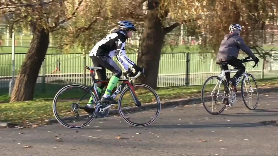 Mladí triatlonisté při tréninku