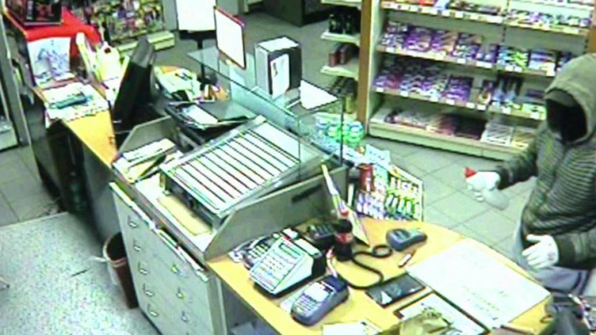 Kyselinový lupič na záběru bezpečnostní kamery