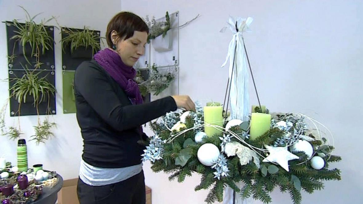 Floristka Jitka Daňková zdobí velký adventní věnec