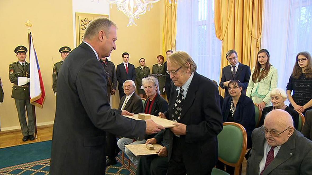 Milan Balabán přebírá ocenění za třetí odboj