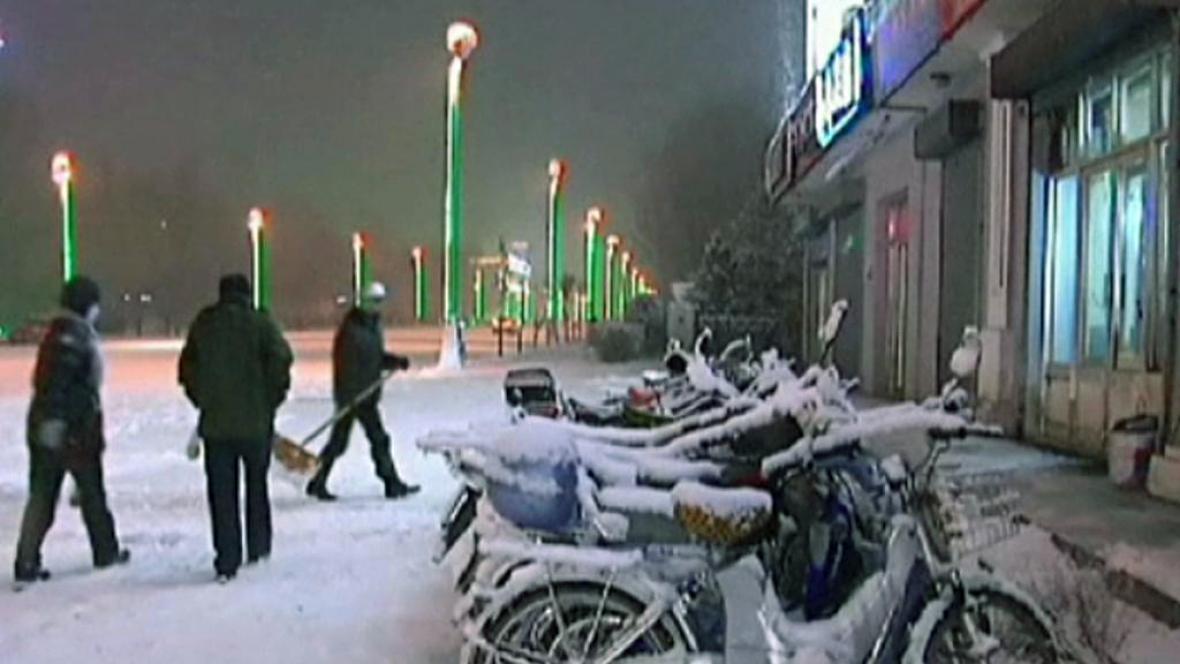 Sníh pokryl v listopadu ulice měst na severu Číny