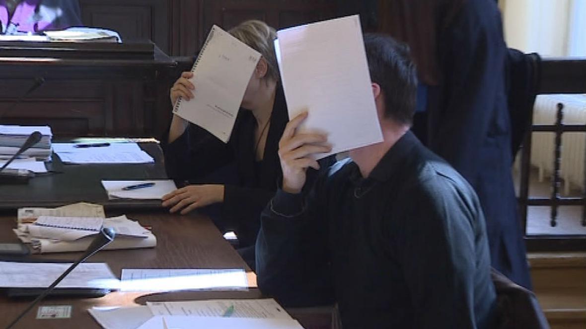 Jednatelé firmy Woman & Man Exclusive Marcela Rytychová Olšovská a Petr Polách si dříve u soudu zakrývali tváře