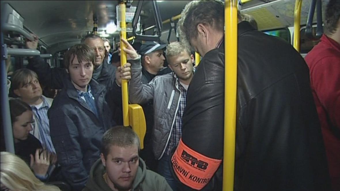 Brněnský revizor kontroluje v nočním rozjezdu
