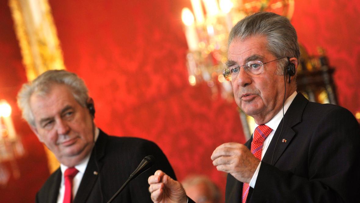 Miloš Zeman a Heinz Fischer na brífinku ve Vídni