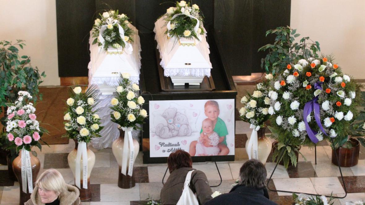 Pohřeb dětských obětí frenštátského výbuchu