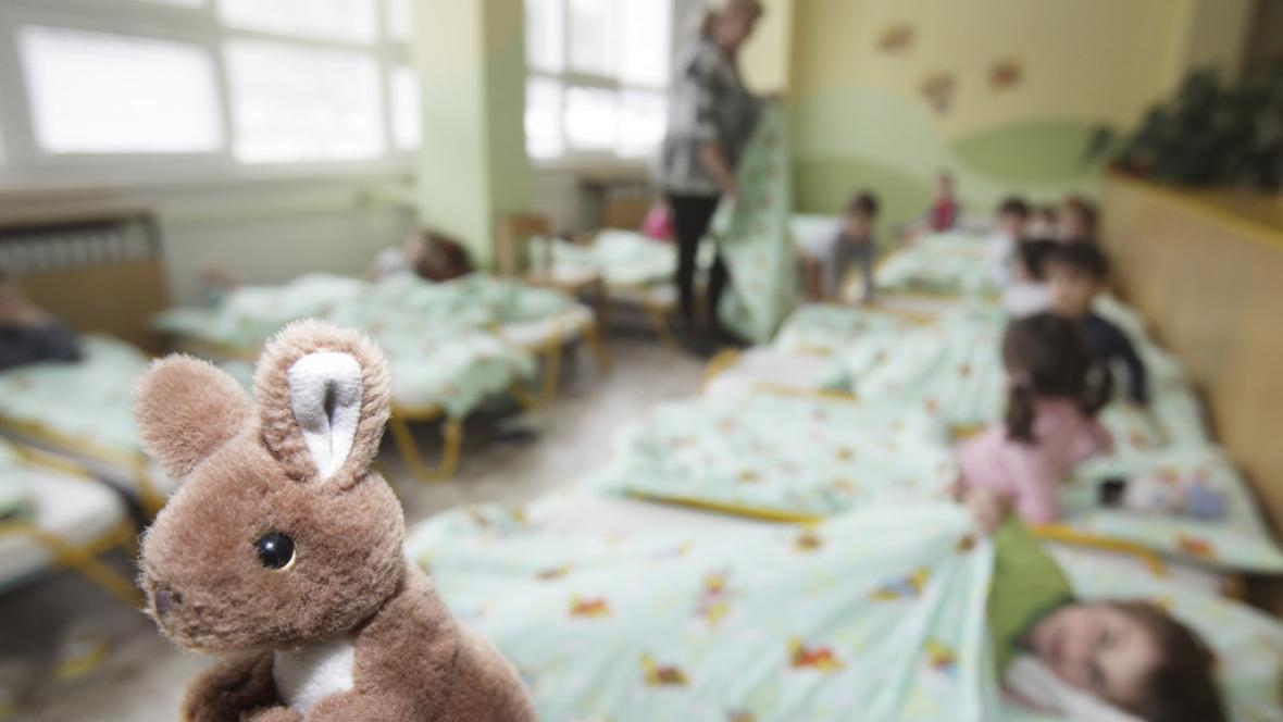 Děti se ukládají ke spánku v mateřské škole