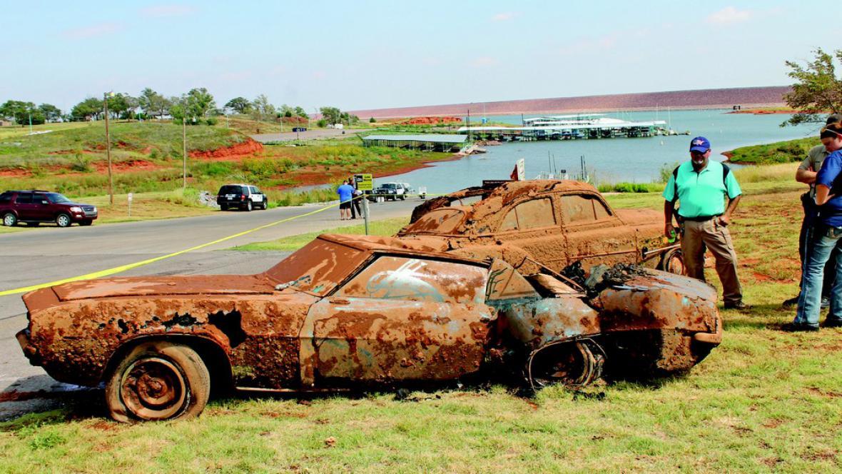Vozidla nalezená v jezeře Foss