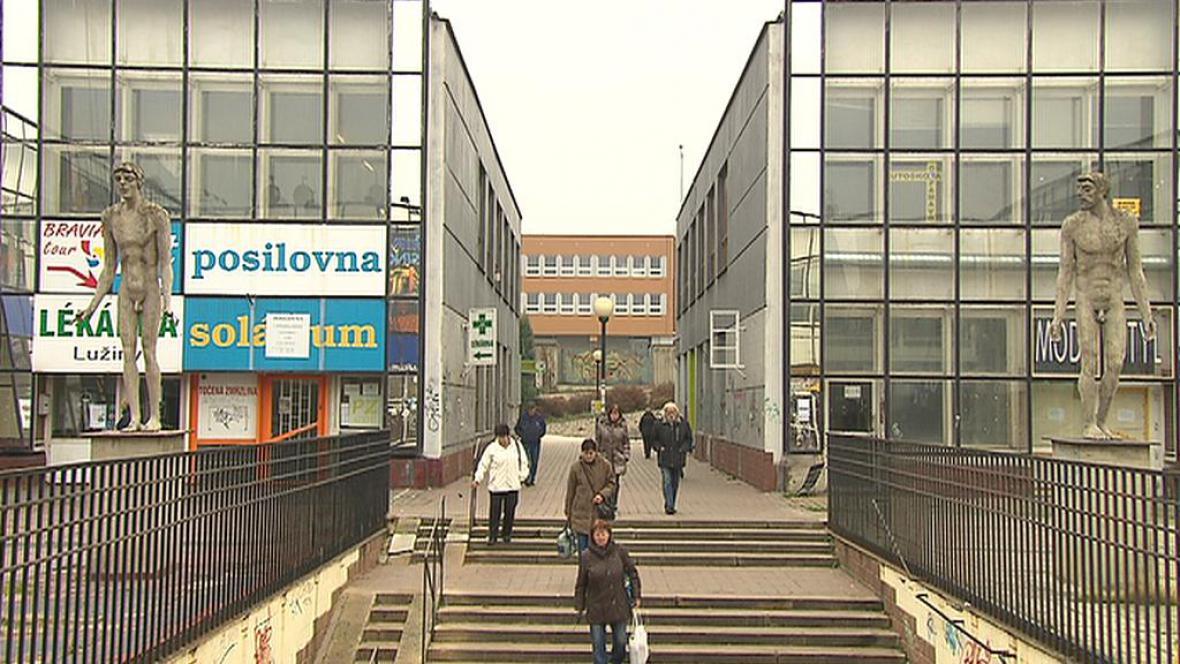 Zchátralé obchodní centrum na Lužinách