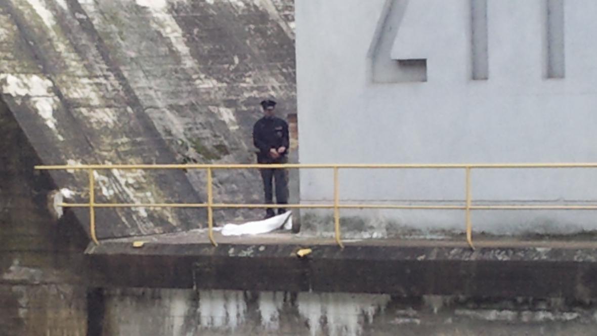 Muž se pokusil spáchat sebevraždu skokem z hráze přehrady