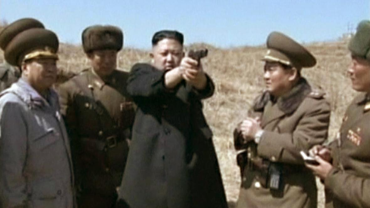 Kim Čong-un mezi svými důstojníky