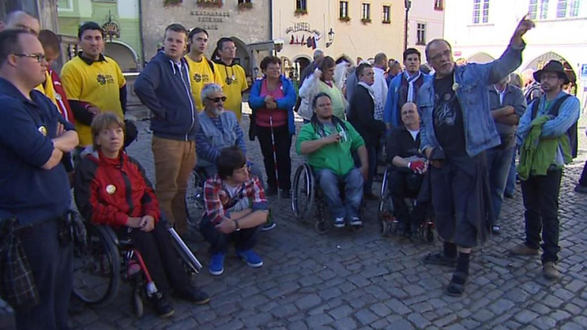 Vozíčkáři při prohlídce Českého Krumlova