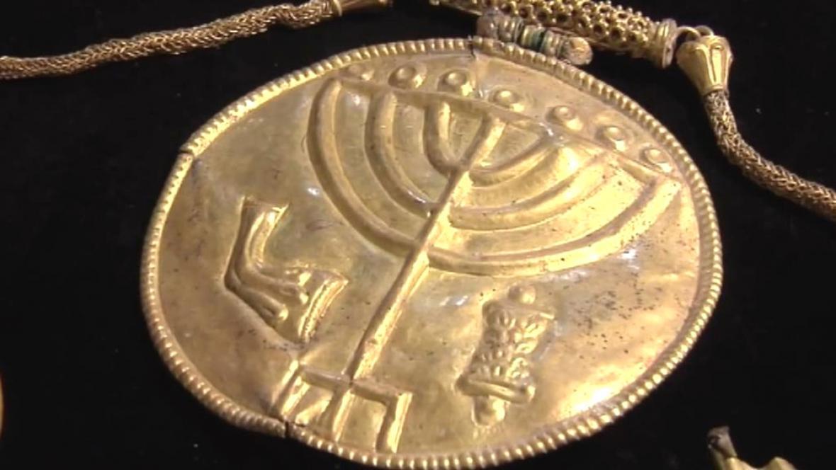 Archeologové našli v Izraeli velký medailon ze zlata