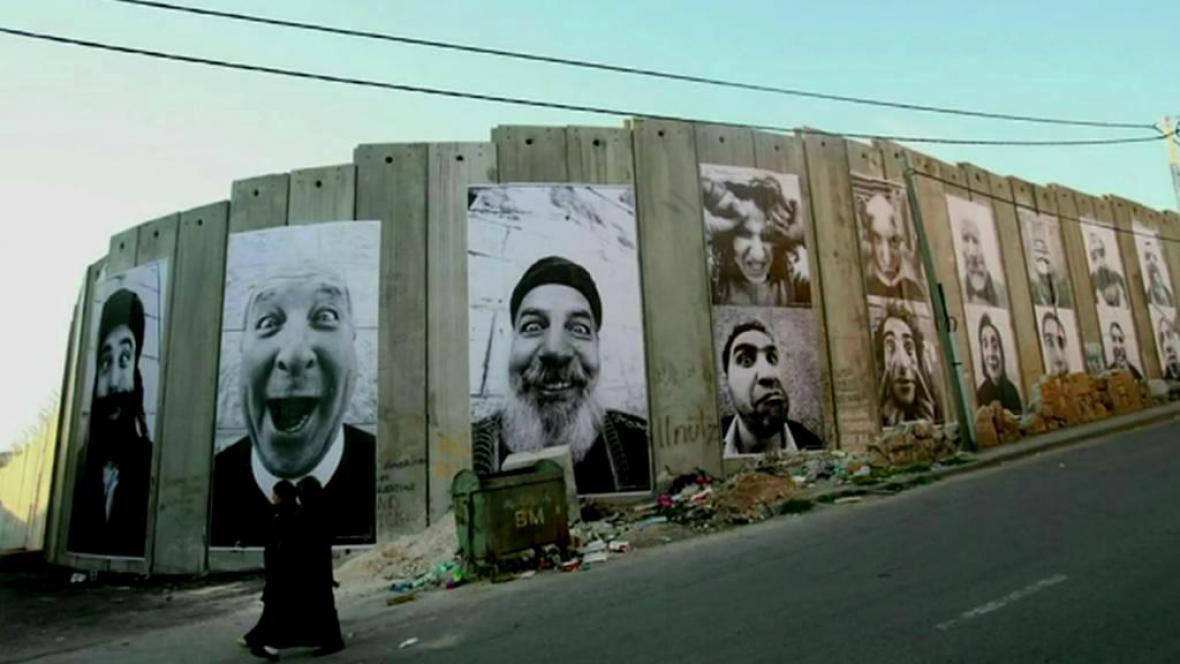 JR vystavuje svá díla na ulicích