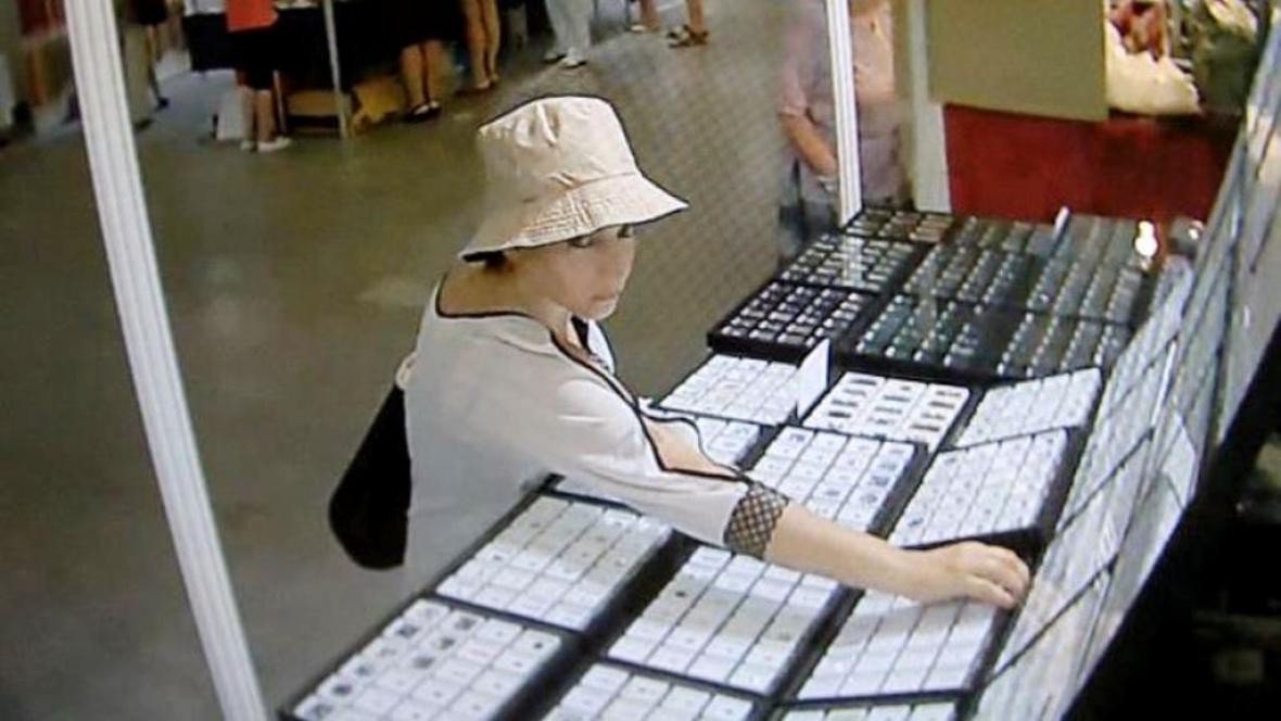 Žena při krádeži