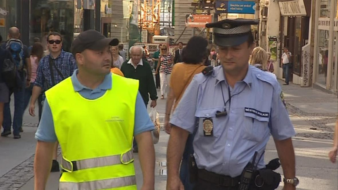 Asistent chodí většinou v doprovodu strážníka
