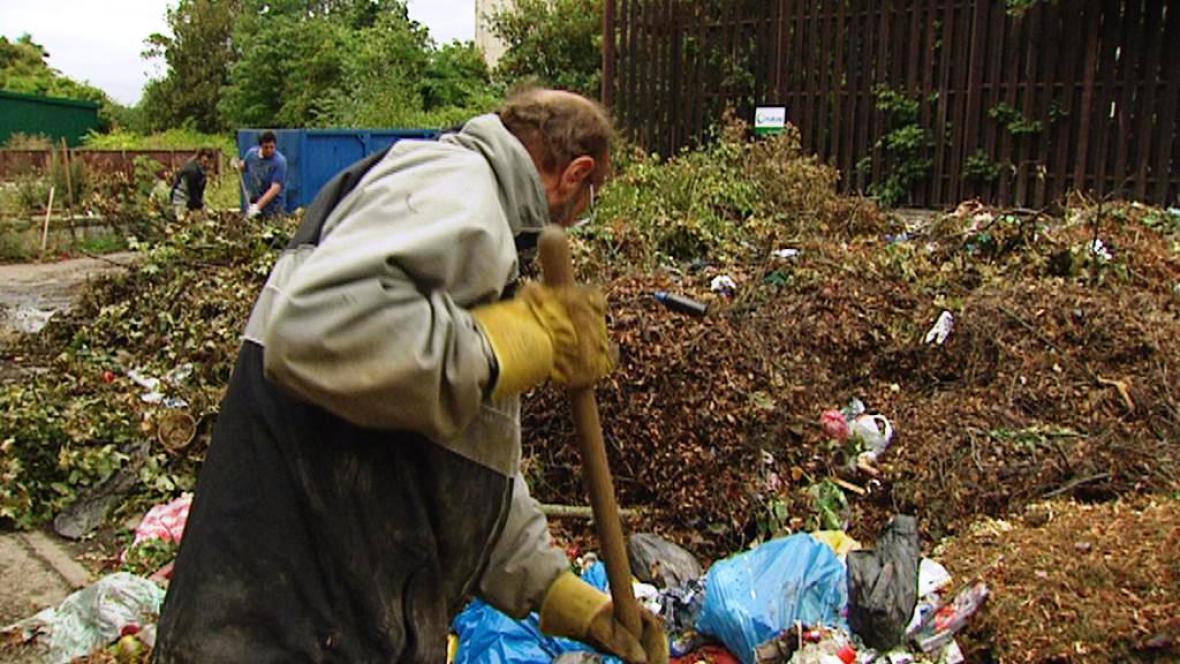 Lidé bez domova třídí hřbitovní skládku