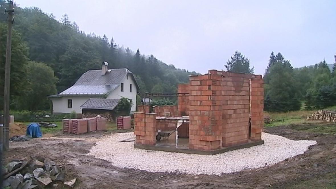 Stavba pravoslavného kostelíku v Lipové-lázních