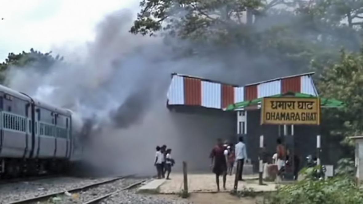 Rozzuřený dav zapálil v indickém Biháru vlak