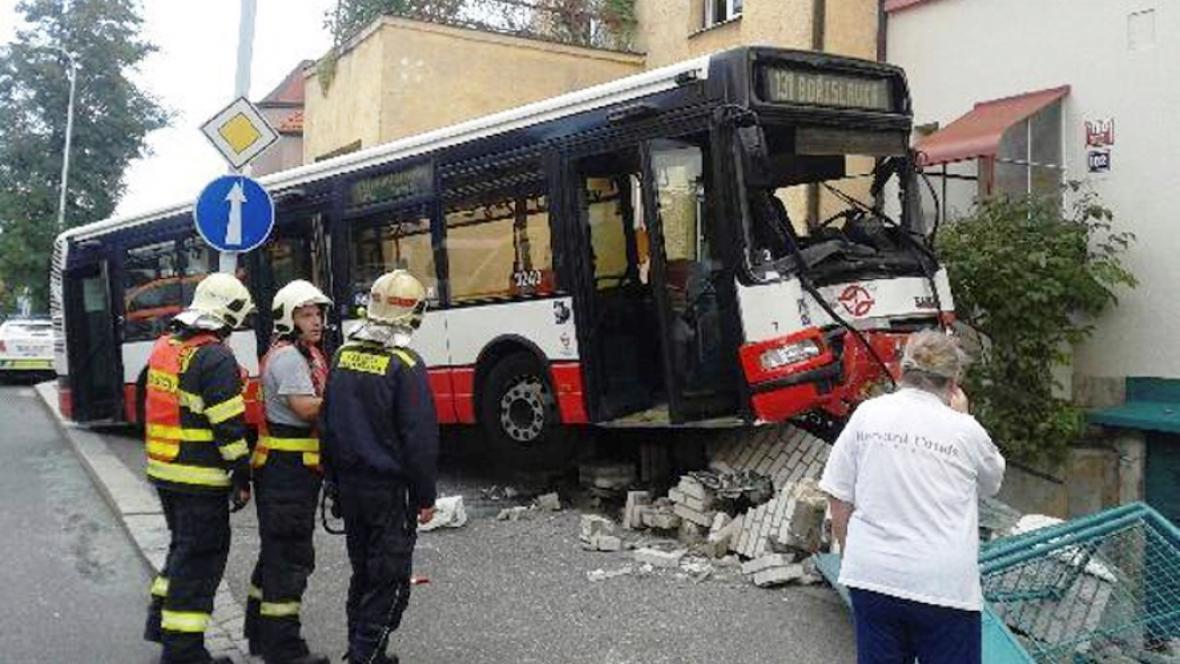 Nehoda autobusu v Dejvicích