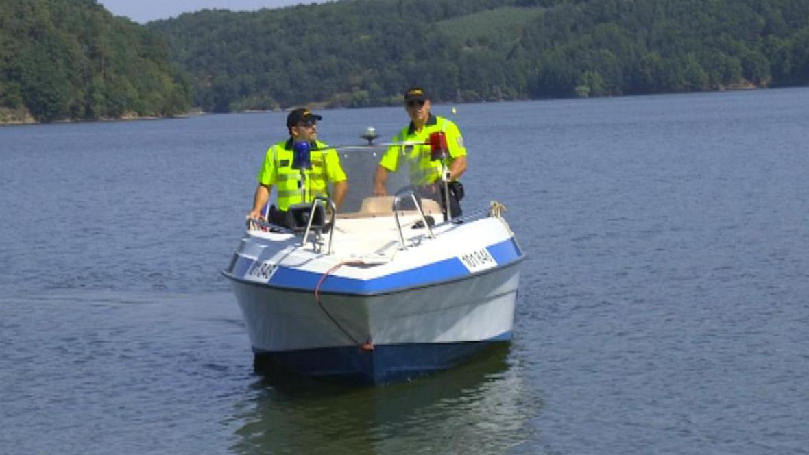 Policisté na Dalešické přehradě