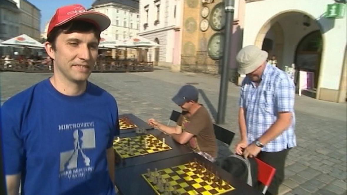 šachový velmistr Pavel Šimáček při simultánce