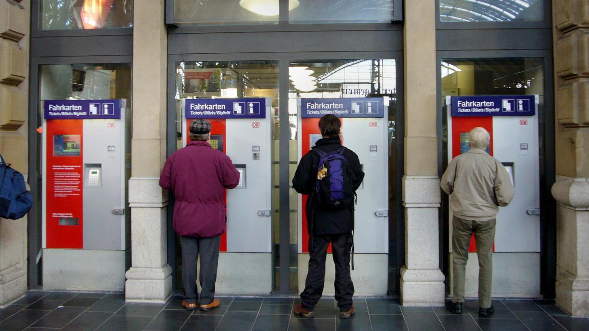 Cestující Deutsche Bahn u automatů na jízdenky