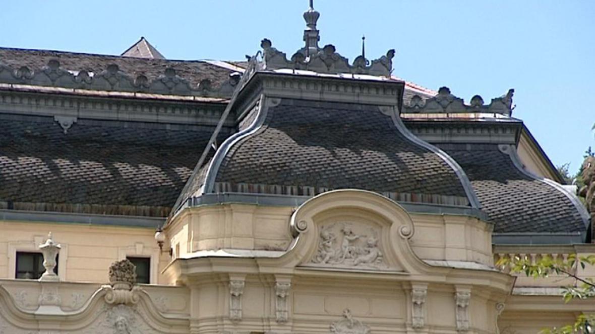 Střecha karlovarského divadla