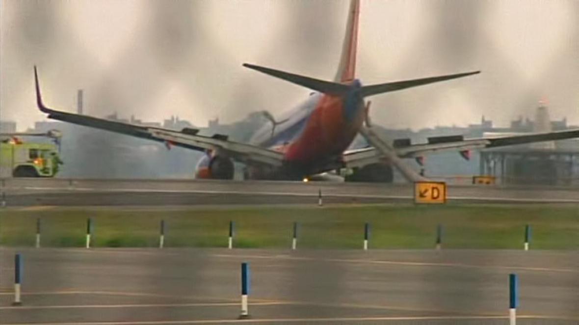 V New Yorku přistálo letadlo bez části podvozku