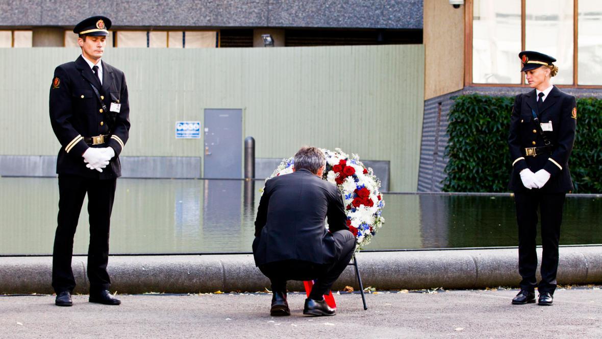 Jens Stoltenberg položil věnec u místa pumového atentátu